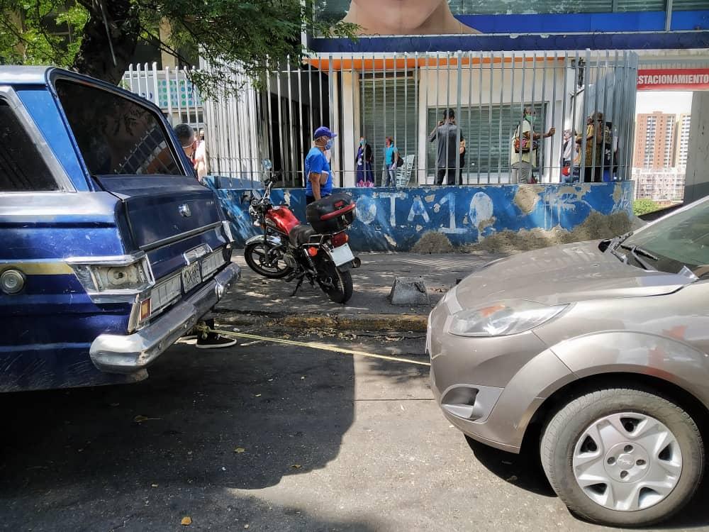 """""""No podemos dormir, hay que estar pendiente del carro"""", cuarto día de colas por gasolina dolarizada en Caracas #4Jun"""