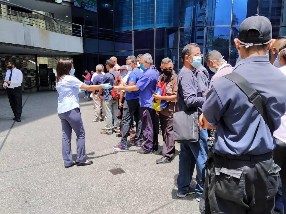 Pensionados recorren dos y tres bancos para sacar efectivo este #4Jun