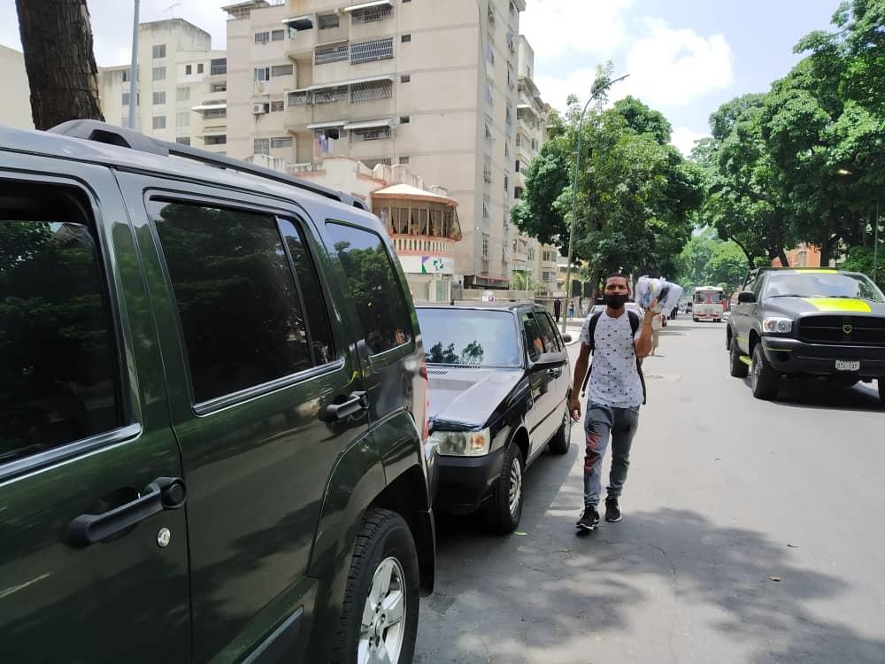 Vendedores informales se rebuscan en las colas de gasolina de Caracas