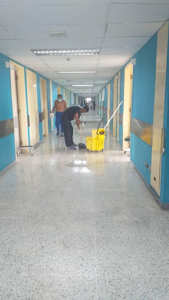 Pacientes limpian pasillos del Hospital Universitario de Maracaibo
