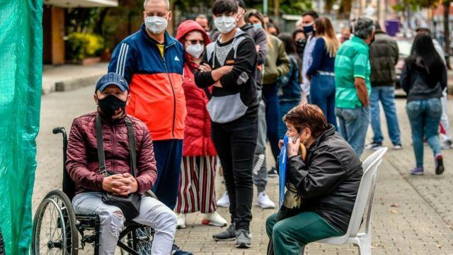 Personas haciendo fila en Colombia para hacer tests de coronavirus.
