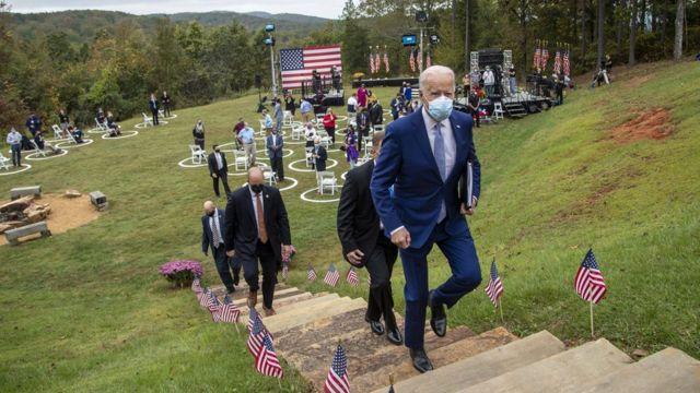 Joe Biden y su equipo de seguridad en un evento de campaña al aire libre