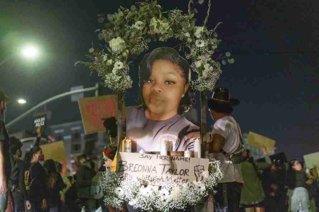 Exigen justicia un año después de la muerte de Breonna Taylor en EEUU
