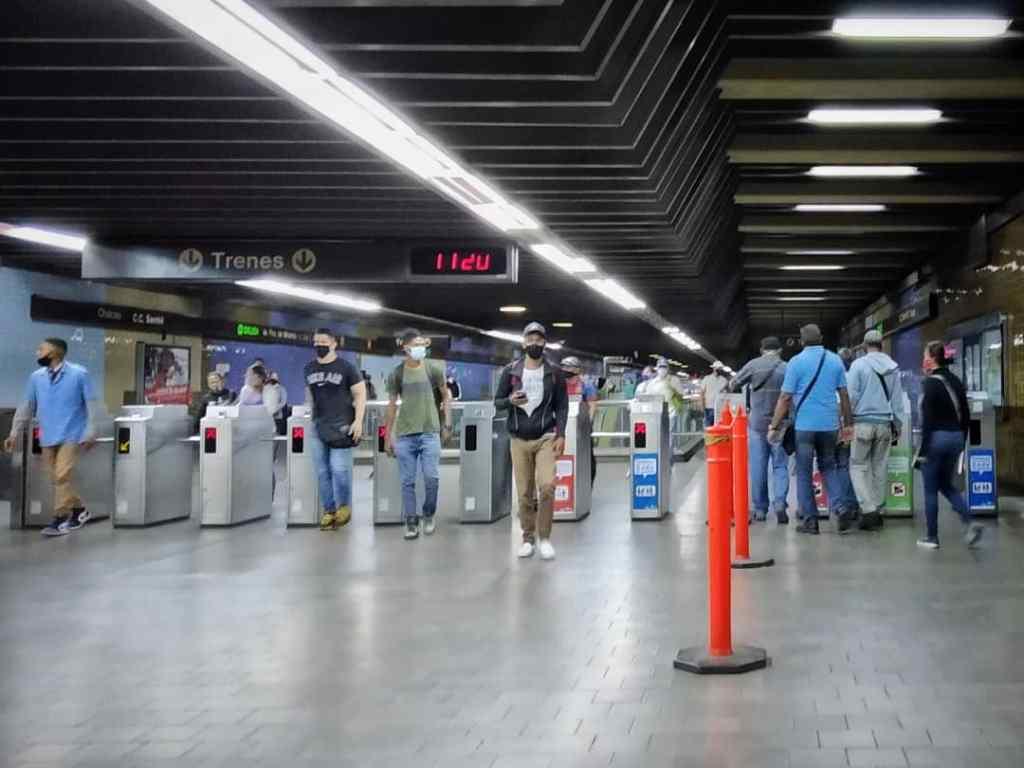 """""""El boleto ya no lo vamos a sacar más, deben comprar la tarjeta"""", trabajador del Metro"""