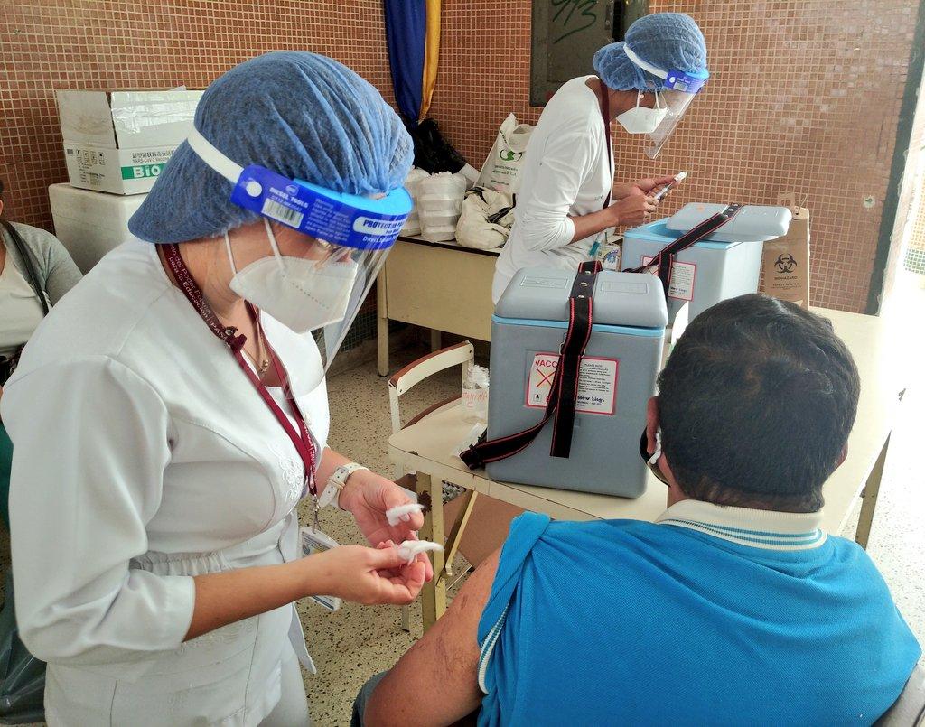 Maestros, administrativos y obreros reciben vacuna china Sinopharm