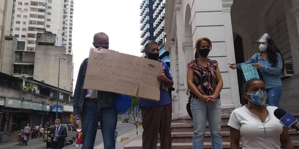 Trabajadores exigieron vacunas para la ciudadanía frente a sede de la Cruz Roja