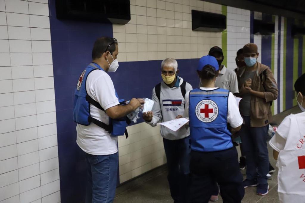 Cruz Roja venezolana entrega kits anticovid en el Metro de Caracas