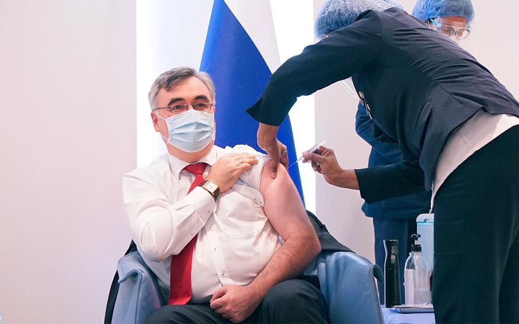 Venezuela inicia ensayos de la EpiVacCorona con el embajador ruso como primer voluntario