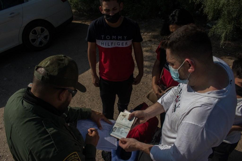 Efectivos de la patrulla fronteriza toman los datos de los migrantes que cruzan el Río Grande. Foto de Iván Ernesto Reyes.