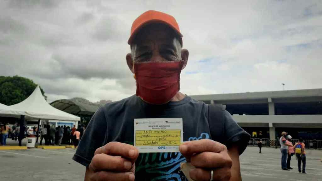 Con números, mensajes o suerte: así es la vacunación contra COVID-19 en Caracas