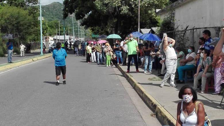 Personas hacen hasta ocho horas de cola para participar en la vacunación en Maracay   Foto cortesía