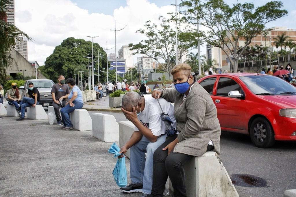 Adultos mayores han soportado horas de sol y lluvia en las jornadas de vacunación en Caracas | Foto: Efecto Cocuyo