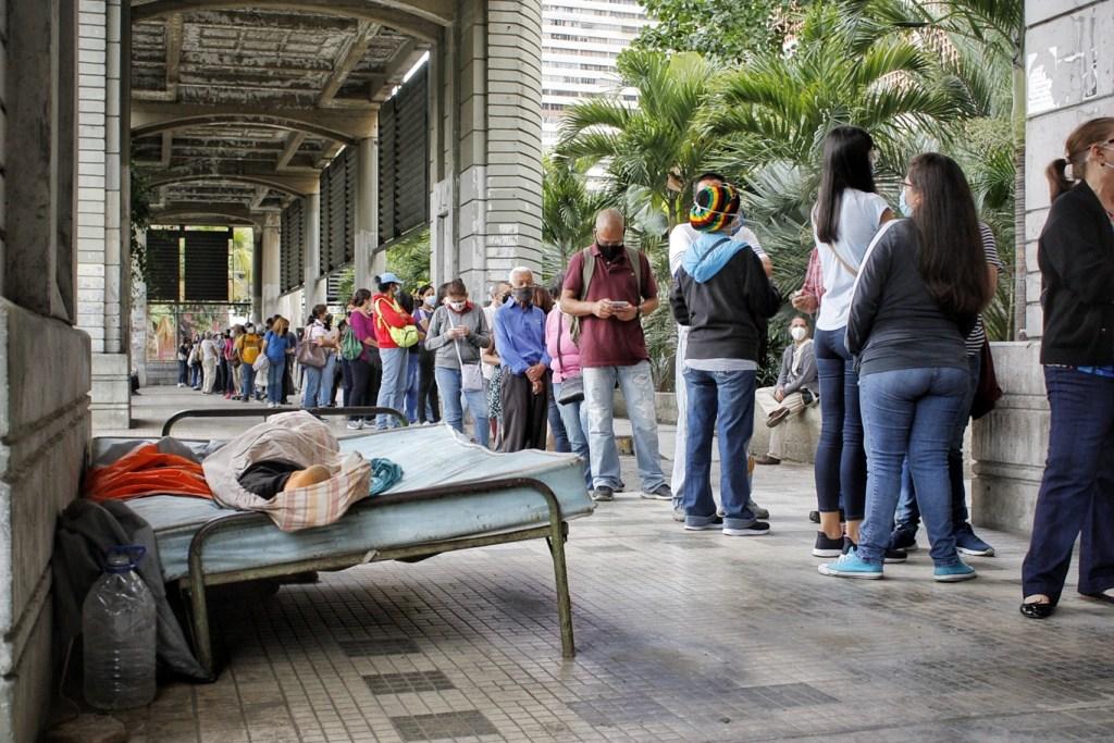 La cola se hace entre vendedores ambulantes e incluso personas en situación de calle | Foto: Efecto Cocuyo