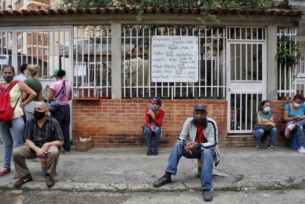 Vecinos de Bello Monte aprovechan las colas para vender alimentos | Foto: Efecto Cocuyo
