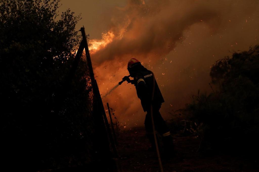 Incendios en Grecia:  Eubea sigue envuelta en llamas y humo