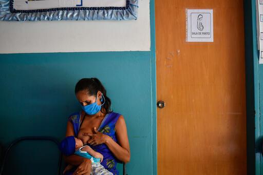 Lesser lleva a su hijo Abel de 15 días de nacido a su primera consulta de control posnatal en el Ambulatorio de San Vicente / Foto: Matias Delacroix