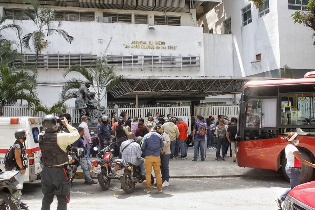Denunciaron sabotaje a la protesta cuando un autobús se atravesó en la entrada del JM de los Ríos   Foto: Efecto Cocuyo