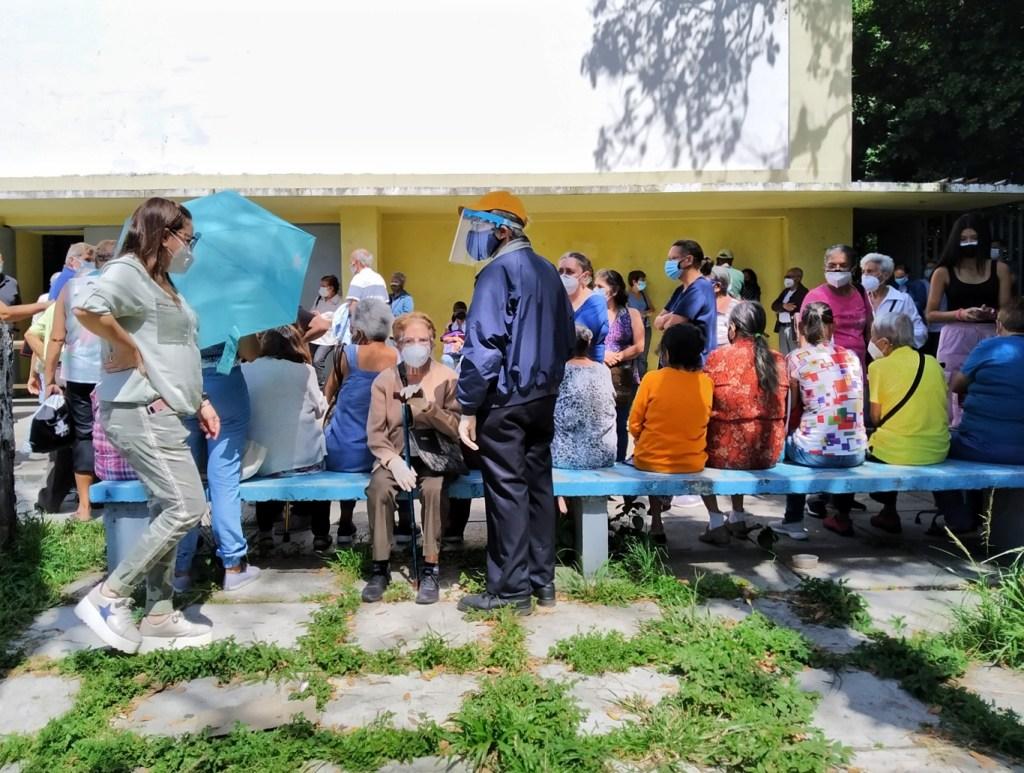 Las personas acuden a los centros de vacunación a preguntar por las segundas dosis de Sputnik V   Foto: Efecto Cocuyo