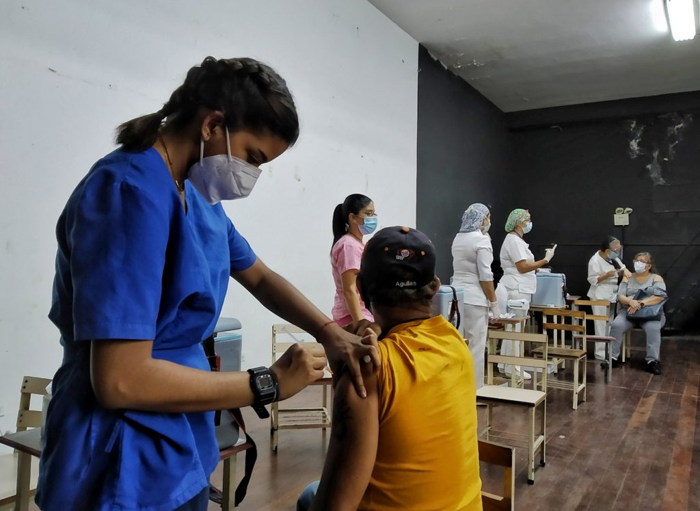 En el Liceo Gustavo Herrera ponen dos dosis de la vacuna de Sinopharm   Foto: Efecto Cocuyo