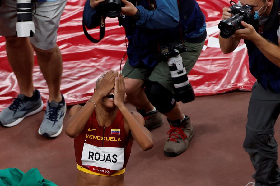 Yulimar Rojas celebró su medalla de oro por todo el estadio al finalizar la competencia   Foto: EFE/ Alberto Estévez