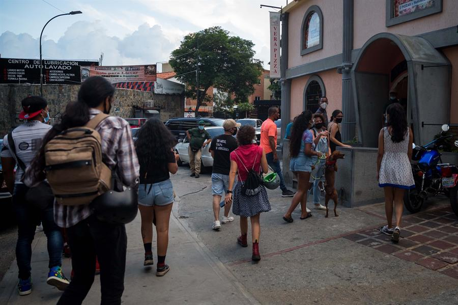 Activistas protestan por discriminación a pareja gay en pizzería de Caracas