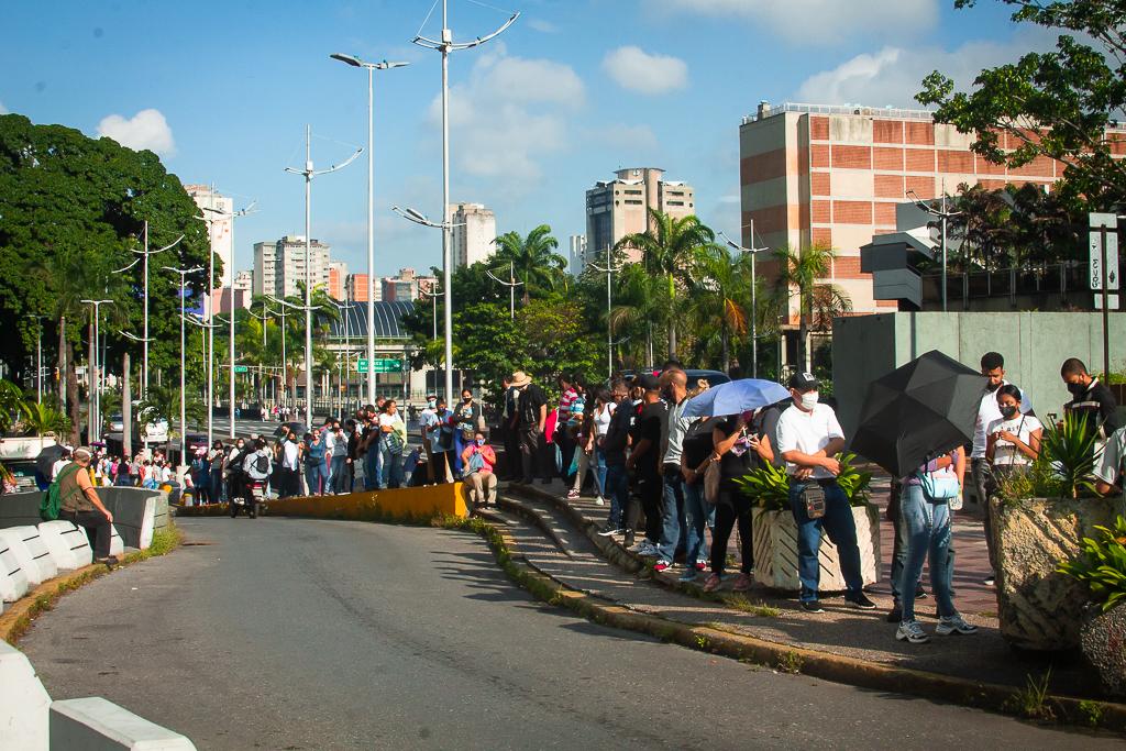 Vacunación en Caracas avanza en medio de largas colas (Fotogalería)