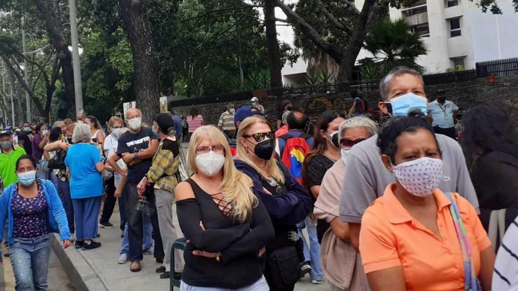 Algunas personas esperaron segundas dosis de Sputnik V desde la madrugada en el Alba Caracas