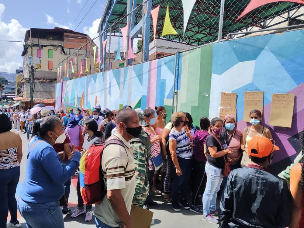 Largas colas en la escuela José de Jesús Arocha en la redoma de Petare, durante el simulacro electoral.